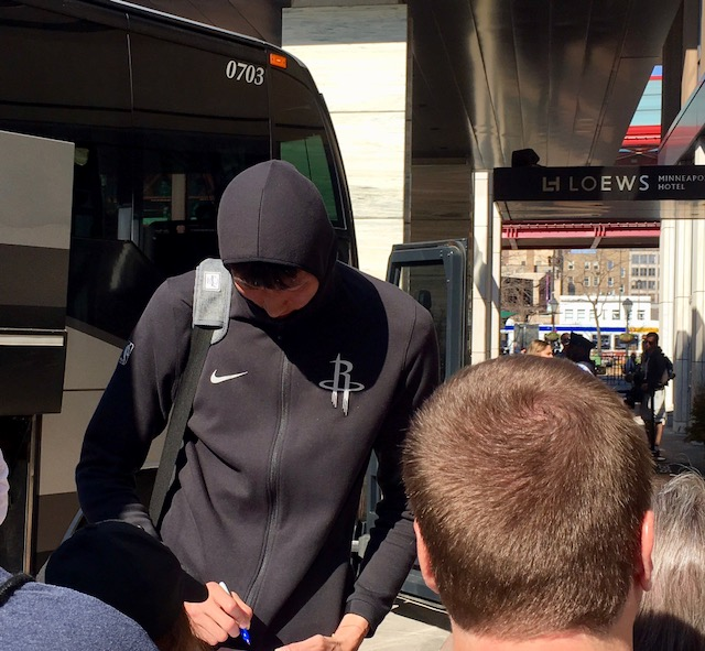 Rockets Zhou Qi Injury: Houston Rockets Rookie Zhou Qi Signing Autographs Before