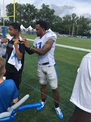 Glover Quin signing autographs
